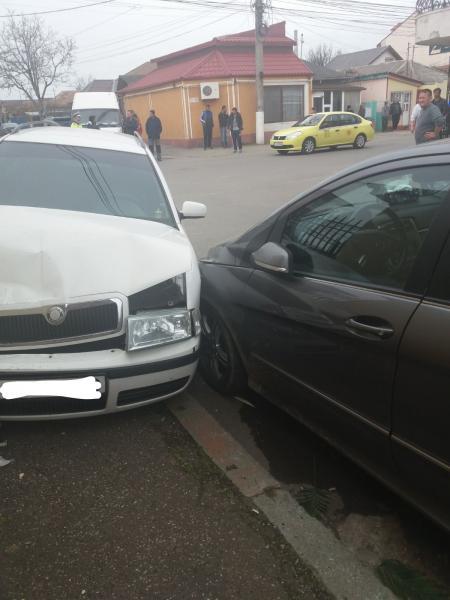 Dosar penal pentru un tânăr fără permis de conducere care a intrat cu mașina într-un autovehicul parcat