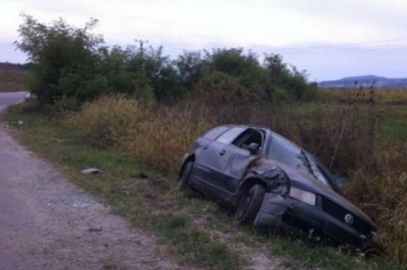 Un șofer a ajuns la spital după ce s-a răsturnat cu autoturismul în afara părții carosabile