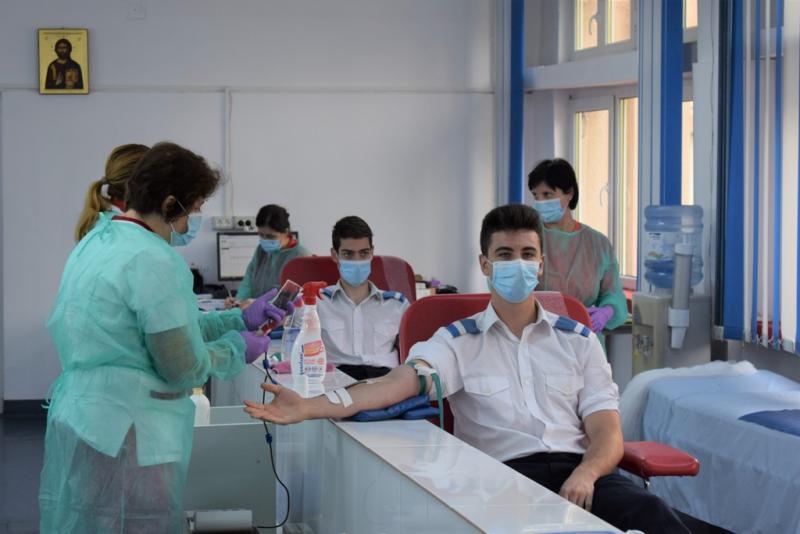 """20 de elevi ai Colegiului Național Militar """"Mihai Viteazul"""" din Alba Iulia au participat la o acțiune de donare de sânge"""