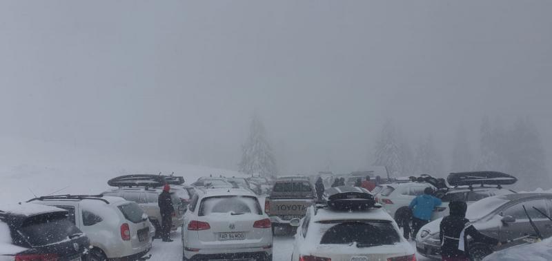 S-a inventat un nou sport de iarnă la Șureanu: împinsul mașinilor! (foto+video)