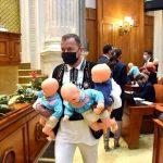 PSD, protest cu păpuși din plastic în Parlament